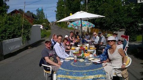 Alle har med bord,stoler og mat. Gata er vår!!