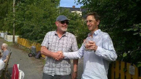 Ansvarlig for årets gatefest Øyvind Berge gir vandrepokalen videre til Kjell Reehorst som vil ta initiativ til neste års gatefest!