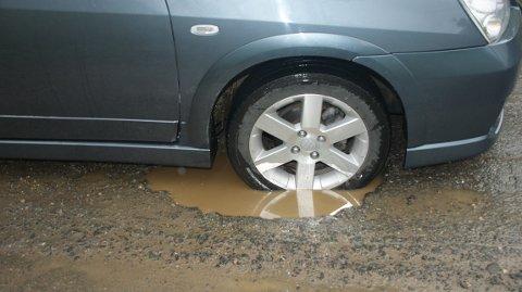 HARDT FOR BILENE: Beboerne må ut med store summer for reparasjon etter å ha brukt veien. (Foto: Ove Bergli)