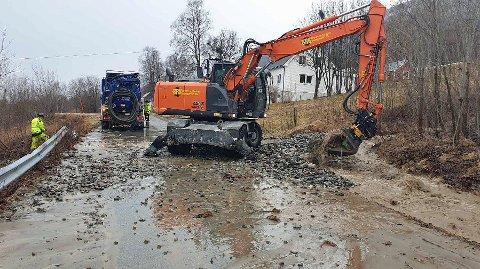 STENGTE VEIEN: Seljelvnesveien ble stengt i flere timer tirsdag på grunn av opprydding etter jord- og steinraset.