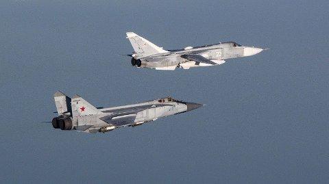 JAGERFLY: Russiske fly av type Fencer og Foxhound avbildet i 2018 av norske F16-fly. Foto: Forsvaret