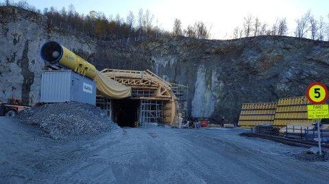 Tunnelen gjennom Sørkjosfjellet gjør at reinbeitedistriktene får mindre biltrafikk gjennom beiteområdet, men de får erstatning for forstyrrelser i anleggsfasen.