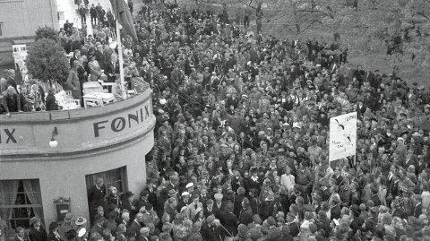 FRED: Folkemengden feirer freden på Gjøvik i maidagene 1945.