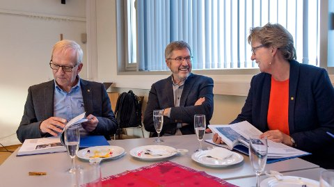 TAR VARE PÅ HISTORIEN: – Oj, så mye jeg har glemt!, sier utdanningsleder Gro Kvanli Dæhlin til forfatter Jens Olai Jenssen (midten). Forfatteren av HiG-boka har blant annet fått tilgang til Jørn Wroldsens håndskrevne frustrasjoner fra turbulente forhandlinger om Innlandsuniversitet.