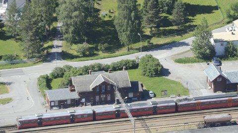 UTBYGGINGSPLANER: Jernbaneverket skal bygge tre hensettingsspor på opptil 250 meter på Jaren stasjon. I tillegg kommer blant annet en driftsbase med to-tre enorme bygninger samt bru over sporene. Utbyggingen skal etter planen starte i 2018.Flyfoto: Hadeland