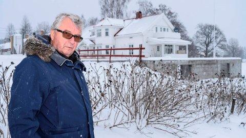 FÅR BYGGE: Ernst Ole Ruch fikk lov til å rive kårboligen sin. Nå får han også lov til å bygge den opp igjen der muren av den gamle står.