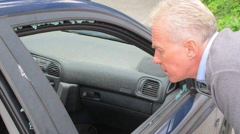 KNUST: Arne Voll i Gjensidige inspirerer en ødelagt bil. Foto: Gjensidige/privat