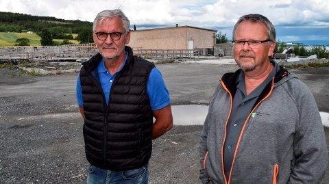 PÅ BRANNTOMTA: Det nye renseanlegget skal bygges på samme tomta som det som brant. - Vi har landet på en annen løsning enn den vi trodde mest på før planleggingen startet, sier kommunalsjef Bjørn Bollum (t.v.) og prosjektleder Kåre Ravnsborg i Østre Toten kommune.