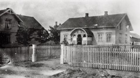 VERNEVERIG: Mjøsmuseet har framskaffet gamle bilder som nå skal benyttes for å gjenskape den originale fasaden på den verneverdige bygningen på Lena.