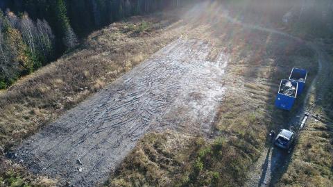 KJAPP RESPONS: Umiddelbart etter at brevet fra Ski kommune kom, samlet Åsland Næringspark Eiendom sammen kunstgresset som noen ha dumpet på Taraldrud.