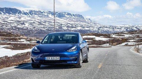 Tesla Model 3 Long Range har på papiret 560 km rekkevidde. Det skal det gjøre det mulig å komme seg mellom Norges to største byer uten å lade. Foto: Magnus Blaker