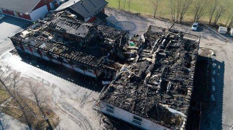 ETTER BRANNEN: NAV-bygget (til venstre i bildet) brant ned natt til 2. påskedag i fjor. Også Familiens Hus (til høyre på bildet) ble totalskadd i brannen. To menn, som politiet omtalte som kjent for dem fra før, ble siktet kort tid etter.
