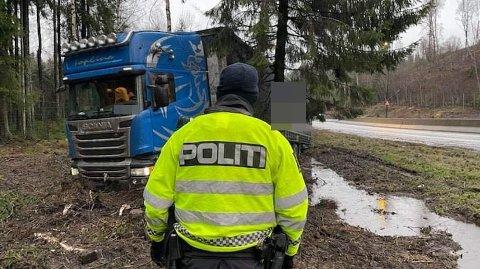 STÅR BOM FAST: Politiet sier at bergingen av vogntoget vil ta lang tid.