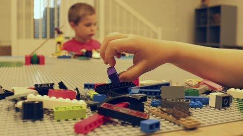 Larvik: Nå kan du bli med å bygge Larvik i Lego på museet i Hammerdalen.foto: Larvik museum
