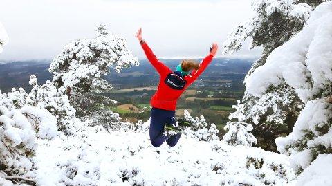 VINTERJUBEL; Første snøen på Lilysa i Svarstad 4. oktober 2019. Her nyter Anne Omholt Berrefjord at den endelig er på plass.