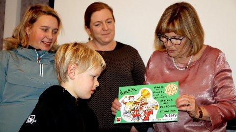 Skolekorpset: Eskil Reinemo fikk gaven fra Rotarys Grete Halle. Ingunn Reinemo og Tone Marie Eikenes og Eskil Reinemo følger med.