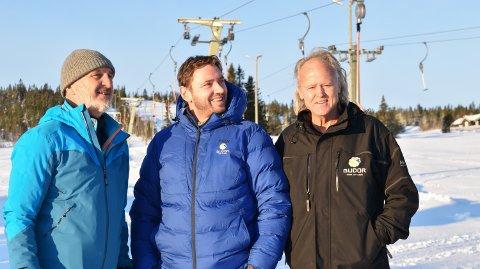 SESONGSTART: Geir Ødegaard Olsen (til venstre) fra Norwegian Snow Consulting ser gode muligheter for å utvikle Budor skianlegg; her sammen med Bernt Bjørnsgaard og Ola Bolstad fra Løiten Almenning.