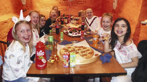 MORO: Jentene storkoser seg på bursdag. (Fra venstre) Tomine Madsberg Kvissel, Mariell Johansen Forårsveen,  Sigrid Svendsberget, Malin Svevad, Klara Strøm Bronken, Ingeborg Låte, Johanne Stafseth og bursdagsbarna Hannah Wasa Lund og Nicoline Nesset.
