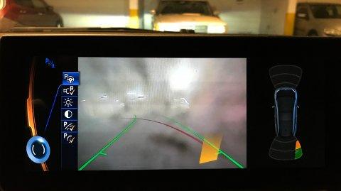 SKITTENT KAMERA: Et skittent ryggekamera kan sette deg i kjipe situasjoner dersom du ikke er obs.