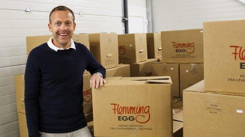 EGGPAKKERIET PÅ BRATTÅS: Her pakkes det egg hver dag. Flemming Larsen hjelper gjerne til når han har tid.