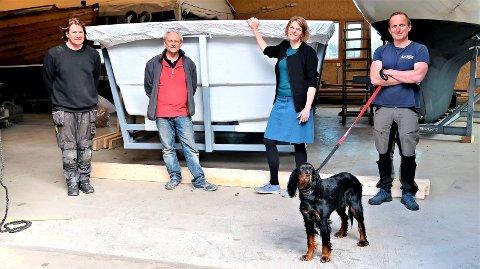 SENTRALE PERSONER: Bente Ottestad i OBS Nova sammen med fra venstre Mike Aldridge som er daglig leder i Aldridge Boats AS, nyansatt båtbygger Gunnar Norvik fra Tjøme og Øystein Jaer i Naval Design, som har designet båten. Jaer har hytte på Vasskalven. Bak seg har de hekken på støpeformen som i løpet av sommeren skal produsere den første spesialbyggede hydrogenbåten. Støpeformen kom fra Måløy forrige helg. Og foran, med full kontroll over det hele, gordonsetteren Elsa.