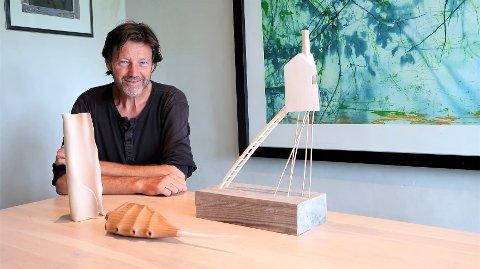 PÅ VEI TIL UTSTILLING: Rolf Jacobsen med et lite utvalg av treskulpturer han skal vise på Kunstforeningen Verdens Ende i uken som kommer. FOTO: SVEN OTTO RØMCKE