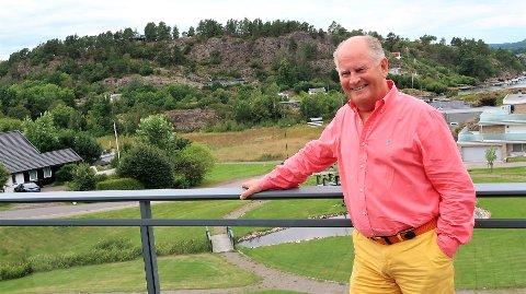 BELIGGENHETEN: Pål P. Syse har flott utsikt fra leiligheten på Mølledammen. Der ser han Vrengensundet og opp mot Stokke: