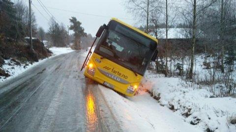 Denne bussen, trolig en skolebuss, havnet utenfor veien i Bamlebygda. Politiet har ingen meldinger om uhellet.