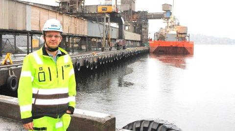 NORCEMKAIA: Prosjektleder Sjur Wiggo Jensen i Norcem Brevik viser at byggearbeidene for støyreduserende tiltak fra lossing av kalkstein fra båter, er i gang. Det skal bygges et innelukket beltesystem som skal frakte steinen fra båtene til en ny lagerhall som skal bygges på kaia. Byggetiden for prosjektet er opp til et år.