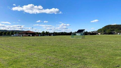 FOLKETOMT: Kjølnes idrettspark en sommerkveld i juni.