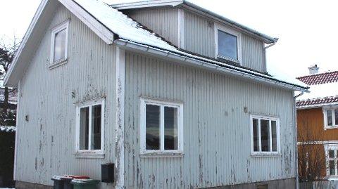 FOR SALG: Dette kommunale bolighuset i Skougaards gate 9 i angesund, er tømt og klargjort for salg. Huset er blitt benyttet som kommunal utleiebolig som snart skal selges på det åpne markedet. I 2020 var antatt markedsverdi 1.890 millioner kroner. Ny takst skal utarbeides før huset legges ut for salg.