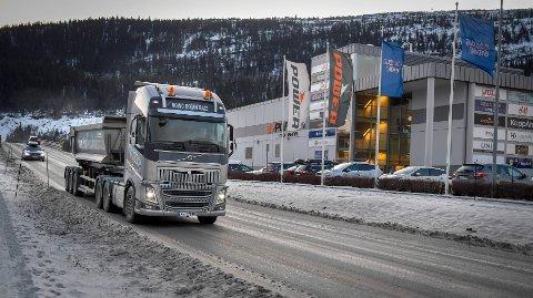 Stein fra Nasjonalbibliotekets utsprenging av ny fjellhall transporteres med lastebiler langs trafikert veg forbi SI og Byporten. Kommunen vil ha transporten bort fra offentlig vei, men det er ikke Veidekke enig i.