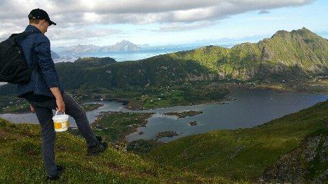 Tryggve Ludviksen har reist helt til Andøya og plukket bær i sommer.