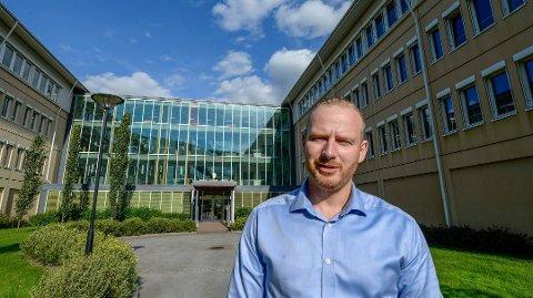 Daglig leder ved Helgeland Plast, Finn Ola Helleberg, sier de følger de nasjonale reglene samt smittevernsregler for to av sine ansatte som pendler fra Sverige til Norge.