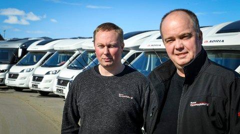 Rana Caravansenter selger bobiler og campingvogner og har hatt en uvanlig start på sesongen. Daglig leder Willy Vikedal (f.v) og styreleder Tor Vidar Skar.