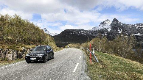 NØKKELBOKSTAV NR. 1: En vakkert og markant fjelltopp, som sees godt for dem som kjører langs en nasjonal turistvei. Å ta turen opp til toppen er strevsomt, men utsikten er fenomenal. Hva heter fjellet til høyre i bildet? Foto: Arne Forbord