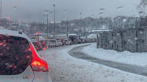 Dette bildet viser køen opp Vikaåsen tatt like etter rundkjøringa på Toraneset. Det meldes at folk har stått rundt en time i kø og knapt bevegd seg noen hundre meter.