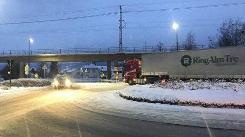 PÅ FEIL SIDE: Ved transport av takstoler fra Næroset må trafikken stenges slik at transporten kan gå på feil side av rundkjøringen i Moelv.