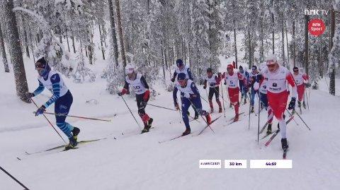 Fellesstart: Jonas Vika (nr 8) holdt seg framme i teten fram til 20 kilometer. Da måtte han og de andre norske slippe de beste løperne.