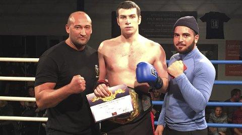 Islam Mitajev ble norgesmester i tungvekt senior. Her sammen med trenerne Leo Nardi Berisha og Bilal Magmadov.