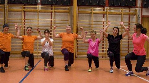 Irene Nordlien, Birgitte Udo de Haes, Charlotte Jobraaten, Mari Lunder, Marianne van Kervel, Katrine Skjervum og Lene Sparby viser utfall, som er en øvelse hvor du jobber med indre setemuskler.
