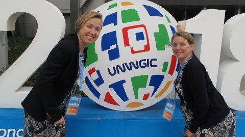 GLOBALT FOKUS: Anne Jørgensen (t.v.) og Laila Løvhøiden jobber for Kartverket i Hønefoss, men har hele verden i fokus. Her er de på FNs verdenskongress for geografisk informasjon i Kina.