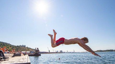 ENDELIG: – Det blir rett og slett veldig mye sol, og temperaturen kommer til å stige gradvis gjennom helgen. På søndag og mandag vil nok gradestokken vise fra 22 til oppimot 27–28 grader mange steder i Sør-Norge, kunngjør meteorolog Martin Granerød.