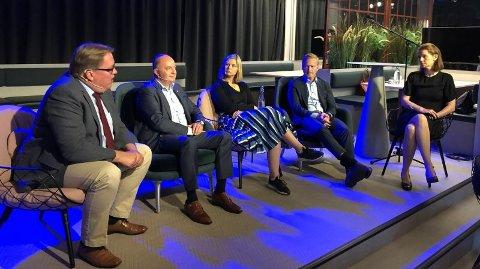 UENIGE: Sverre Myrli (Ap), Morten Stordalen (Frp), Guri Melby (V) og Helge Orten (H) var langt fra enige i debatten om bompenger. NAFs kommunikasjonsjef, Camilla Ryste (t.h), ledet debatten.
