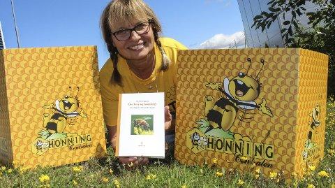 Birøkter med bok: Siv Henningstad er stolt birøkter med en kube. Nå har hun skrevet en ABC for dem som vil lære mer om bier og om honning. Foto: Rune Fjellvang