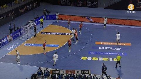 TV-BILDER SKAPTE REAKSJONER: TV3-kommentator Daniel Høglund måtte beklage flere ganger i løpet av første omgang mellom Norge og Frankrike i håndball-VM. Her ser du bildekvaliteten det ble reagert på. Foto: Skjermdump (Viaplay)