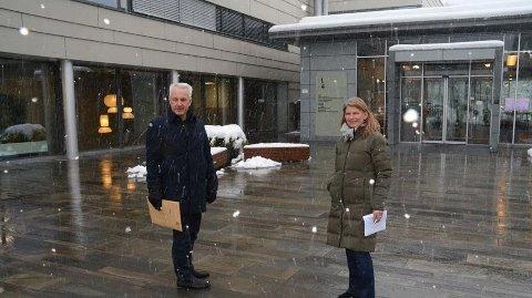HAR EN PLAN: Ordfører Lene Conradi og kommunedirektør Lars Bjerke foran inngangen til det som blir ny vaksinasjonsklinikk i Lensmannslia 4.