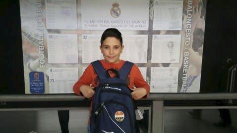 VISTE FRAM SIF: 11-åringen er stor Godset-fan og passet på å få vist frem SIF-logoen i Madrid. Foto: PRIVAT