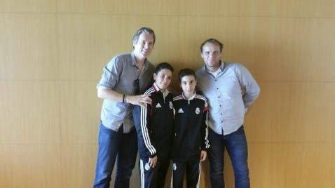 FLERE KJENDISER: Brødrene Exposito-Ramon fikk også møte pappa Ødegaard og Viasats Jan Åge Fjørtøft. Foto: PRIVAT