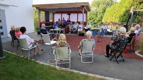 KONSERTARENA: Bakgården til Wingejordet 9 er blitt en slags konsertarena i det siste. Her fra konserten med Gledesspreder'n i sommer.